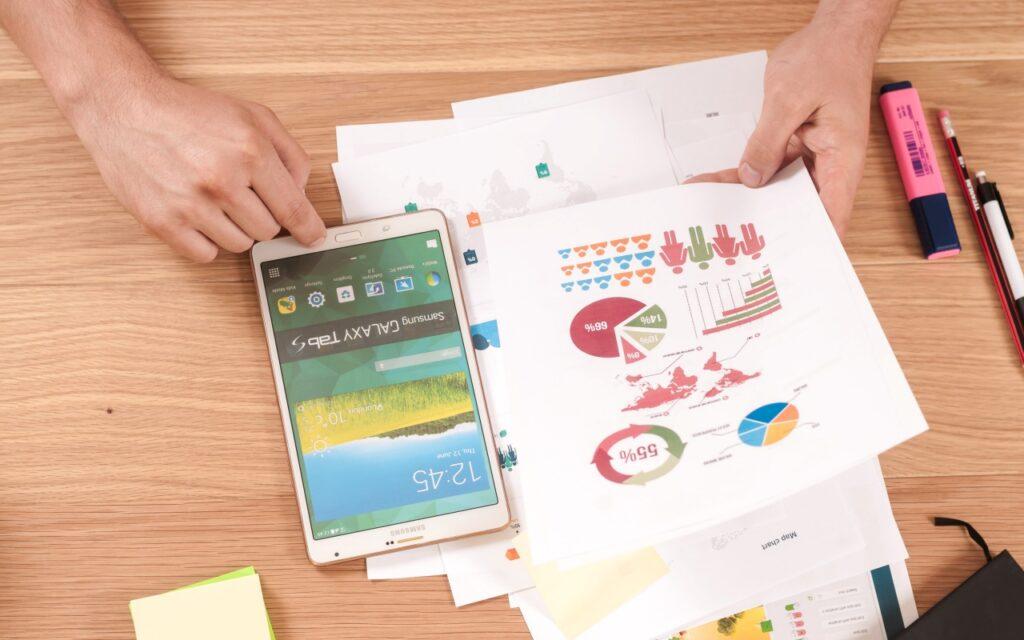 branded content - pessoa analisando gráficos, tablet ao lado
